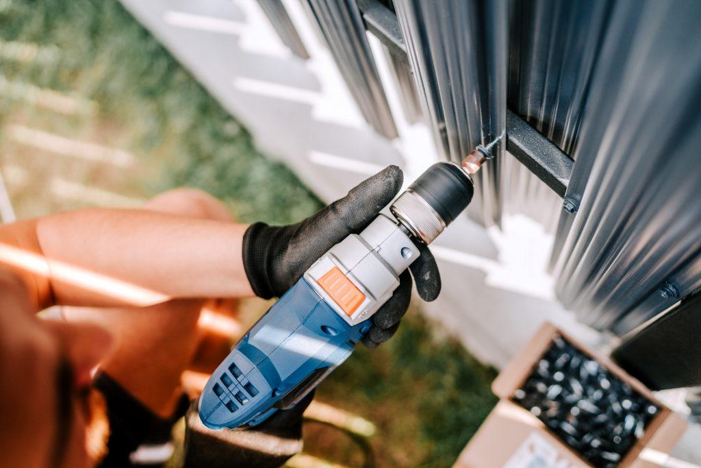 Elektriker med skrumaskin utvending på bolig